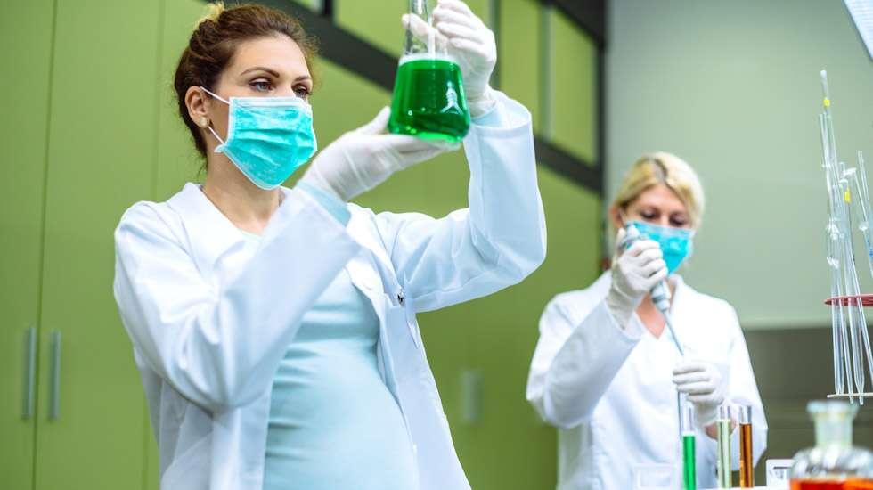 Laboratoriotyöntekijä saattaa altistua myrkyllisille, raskaudelle haitallisille aineille. Kuva: iStock