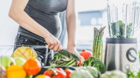 Vegaaninen ruokavalio on terveellinen ja turvallinen odottavalle äidille, kunhan pitää huolen tiettyjen ravintoaineiden riittävästä saannista. Kuva: iStock