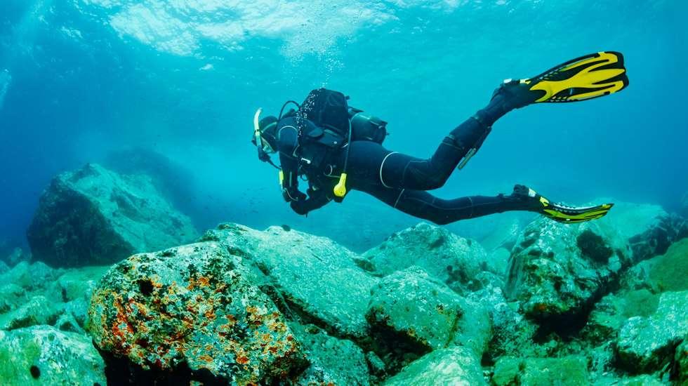 Laite sukellus on yksi harvoista lajeista, joiden harrastaminen on lopetettava kokonaan raskausaikana. Kuva: iStock