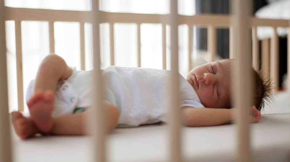 Turvallisessa pinnasängyssä ei ole mitään ylimääräistä, kuten tyynyjä tai pehmoleluja. Kuva: iStock