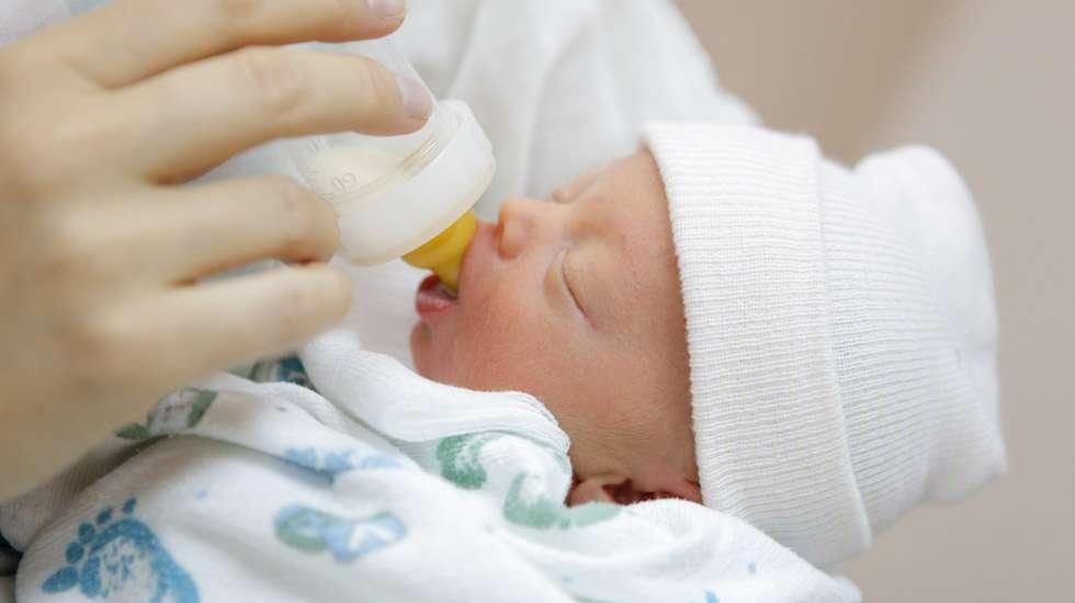 Lisämaidon purkaminen voi sujua hyvinkin helposti, jos kyseessä on muutaman päivän ikäinen vauva, joka on saanut pieniä määriä lisämaitoa synnytyssairaalassa. Kuva: iStock