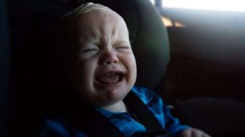 Älä jätä lasta autoon yksin. Sammutettu auto kylmenee talvella ja kuumenee kesällä nopeasti. Käyntiin jätettyyn autoon puolestaan liittyy liuta muita riskejä. Kuva: iStock