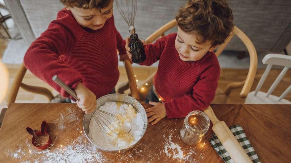 Hyvästi, siisti keittiö! Joululeivonnaisten valmistaminen lasten kanssa on takuuvarma keino saada keittiö kaaokseen. Kuva: iStock