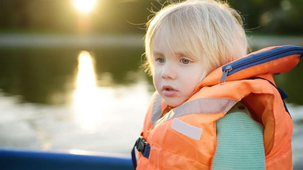 Lasten pelastusliivit ovat aina kirkasväriset ja niissä on iso kaulus, joka kääntää veden varaan joutuneen lapsen kasvot ylöspäin. Kuva: iStock
