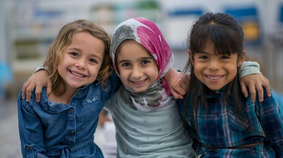 """Lapsen oikeuksien sopimus määrittää lapsen perusoikeudet, jotka jokaisella lapsella pitäisi olla """"ihonväriin, sukupuoleen, kieleen, uskontoon, poliittisiin mielipiteisiin, kansallisuuteen, etniseen tai sosiaaliseen alkuperään, varallisuuteen, vammaisuuteen tai syntyperään"""" katsomatta. Kuva: iStock"""