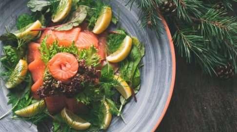 Kylmäsavulohi on yksi raskaana olevilta kielletty jouluherkku, mutta sen korvikkeena kannattaa kokeilla esimerkiksi porkkalaa. Kuva: iStock