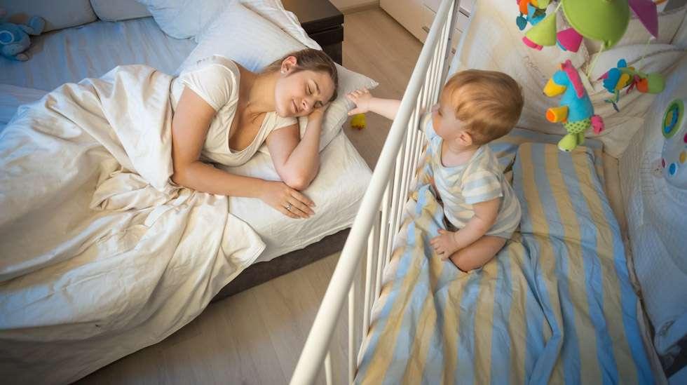 Herätys, äiti! Yöheräily on vauvaikäisten yleisin uniongelma. Kuva: iStock