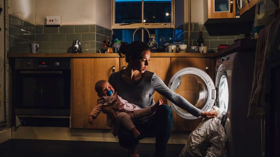 Kotityöt on hoidettava kaamoksesta huolimatta – mutta anna itsellesi armoa: hoida pakolliset, älä ylisuorita. Kuva: iStock