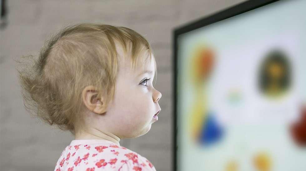 Älä lopeta lapsen ruutuhetkeä yllättäen – ennakointi, sosiaalinen kontakti ja pehmentäminen ovat parempia keinoja! Kuva: iStock