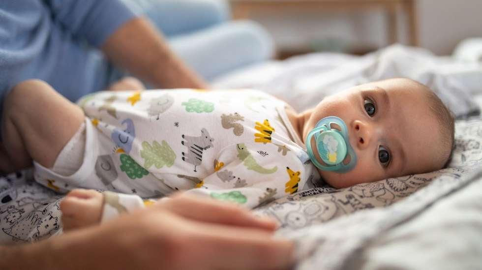 Vauva voi imeä tuttia huoletta, kunhan sen käyttö ei ala liian aikaisin eikä toisaalta jatku liian pitkään. Kuva: iStock