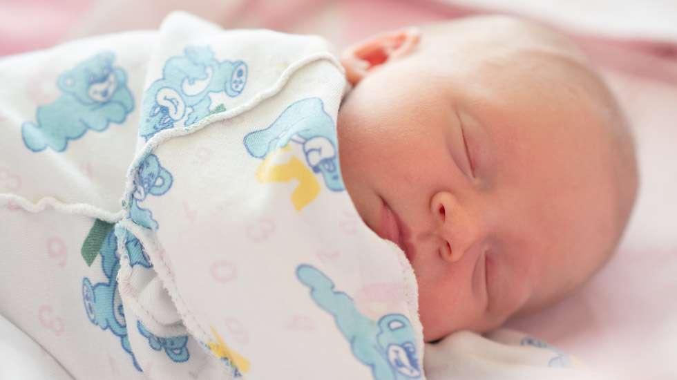 Pientäkin vauvaa voi auttaa löytämään oikean vuorokausirytmin. Kuva: iStock