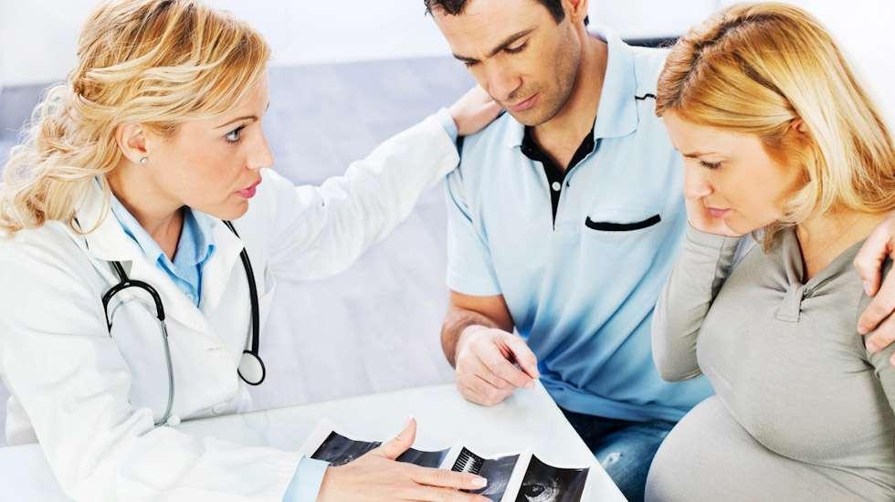 Kun sikiöllä todetaan vamma tai sairaus, vanhemmille annettavan ensitiedon hetki on tärkeä. Laadukas ensitieto helpottaa perheen ja hoitohenkilökunnan välistä yhteistyötä. Kuva: iStock