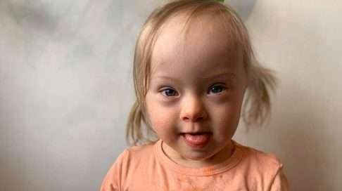 """Tomera Elsa täyttää pian kaksi vuotta. """"Jokainen opittu uusi taito on meillä valtava ilonaihe"""", toteaa äiti Minttu Vettenterä. Kuva: Minttu Vettenterä"""