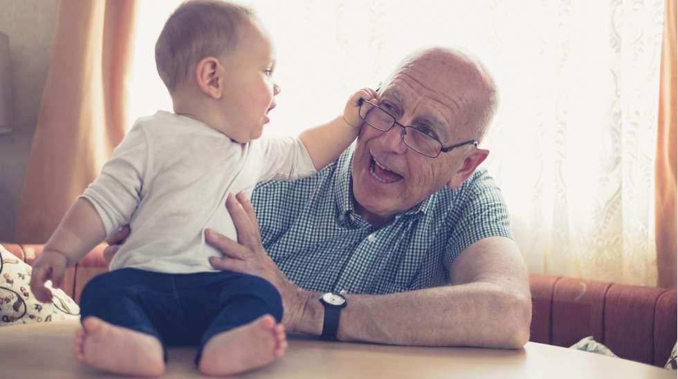 Isovanhempien ja lastenlasten kohtaamista on nyt syytä rajoittaa, jotta riskiryhmään kuuluvat isovanhemmat säästyisivät koronavirustartunnalta. Kuva: iStock