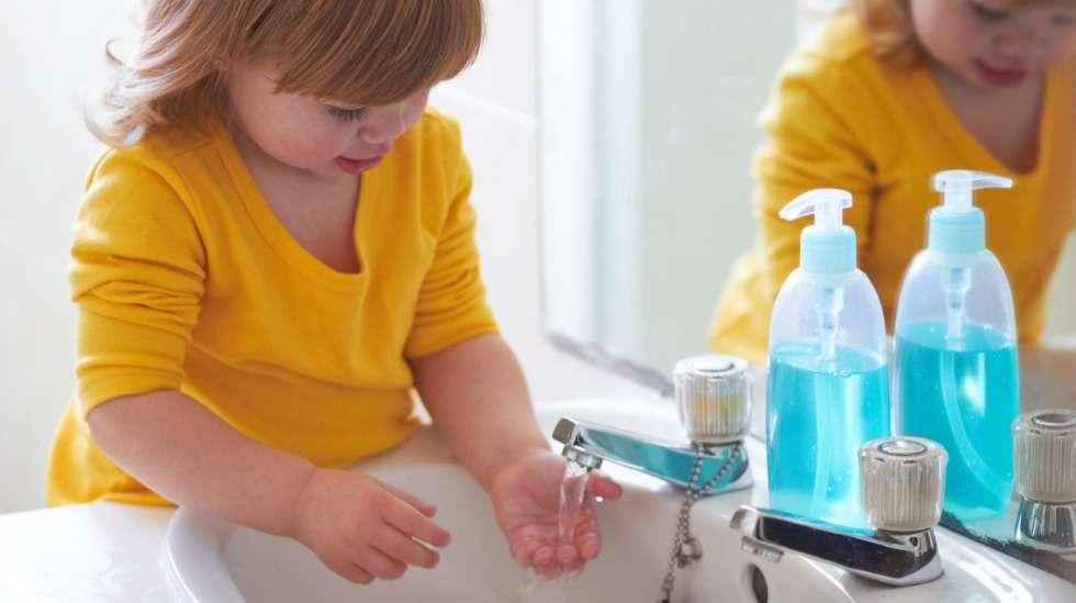 Käsien huolellinen peseminen saippualla 20 sekunnin ajan on yksi tärkeimmistä koronavirukselta suojaavista toimenpiteistä. Varmista, että lapsesi saippuoi kätensä kunnolla. Kuva: iStock