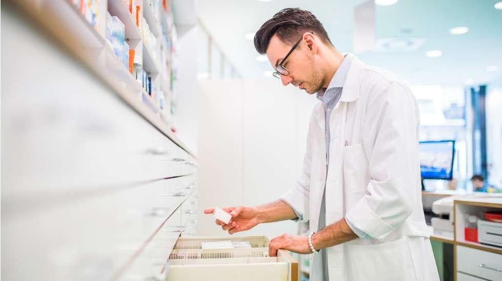 """Esimerkiksi lääkehuollon parissa työskentelevät henkilöt ovat """"kriittisten alojen henkilöstöä"""". Kuva: iStock"""