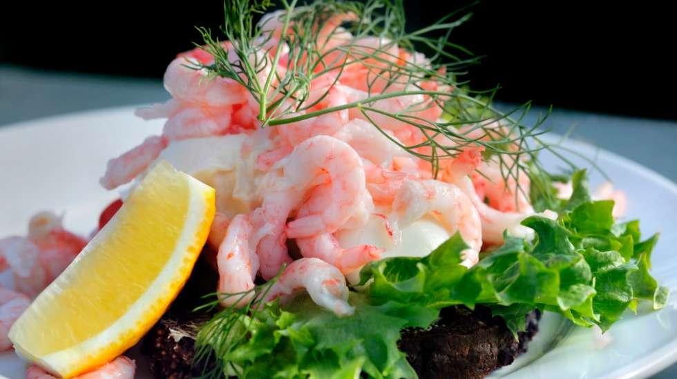 Katkaravut näyttävät houkuttelevilta voileivällä, salaatissa ja pitsan päällä – mutta uskaltaako odottaja syödä niitä raskauden aikana huoletta? Kuva: iStock