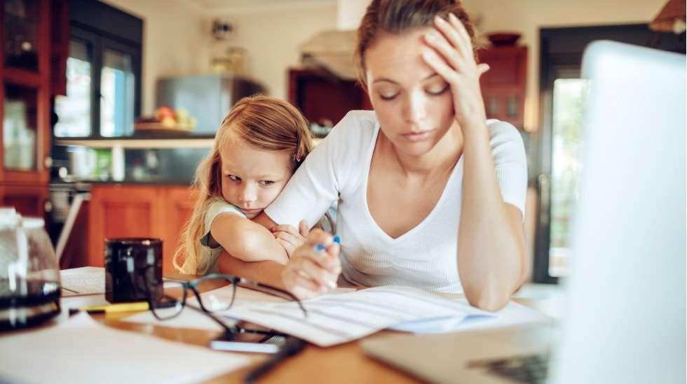 Samaan aikaan kun vanhempi on kuormittunut ja yrittää tehdä etätöitä, lapsi saattaa muuttuneen arjen vuoksi olla entistäkin takertuvampi ja huomionhakuisempi. Miten ratkaista yhtälö? Kuva: iStock
