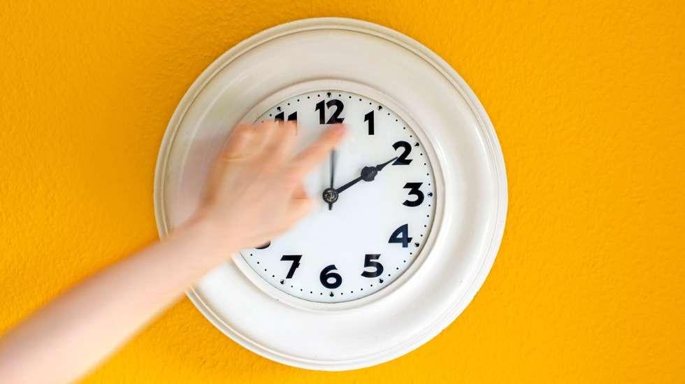 Kesäaikaan tai talviaikaan siirtyminen sotkee lapsiperheiden aikataulua varsinkin aamuissa. Kuva: iStock