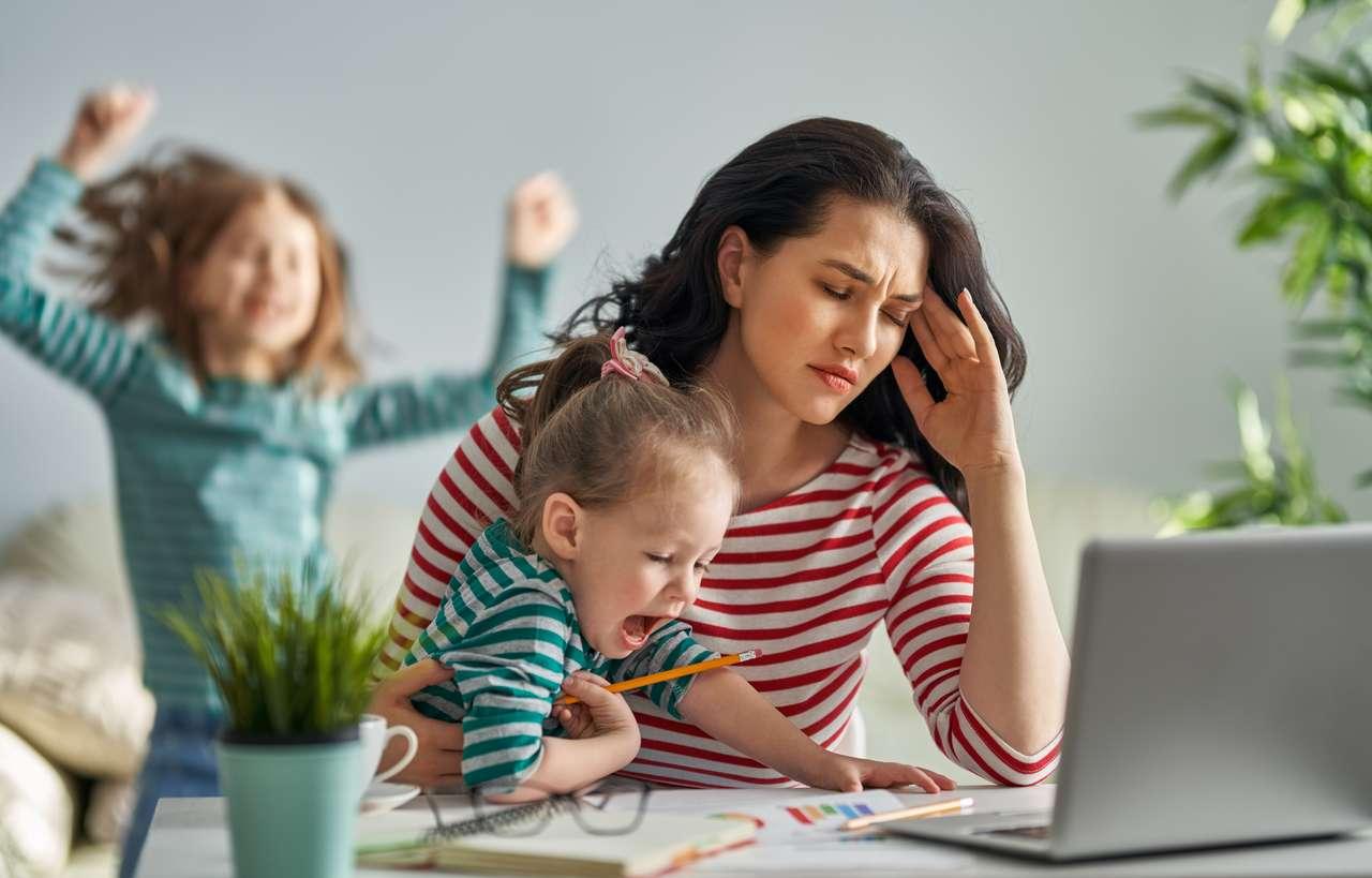 Lapset kotona yötä päivää ja mahdollisesti etätöitä siinä sivussa. Perheellisillä ei ole ylimääräistä aikaa. Kuva: iStock