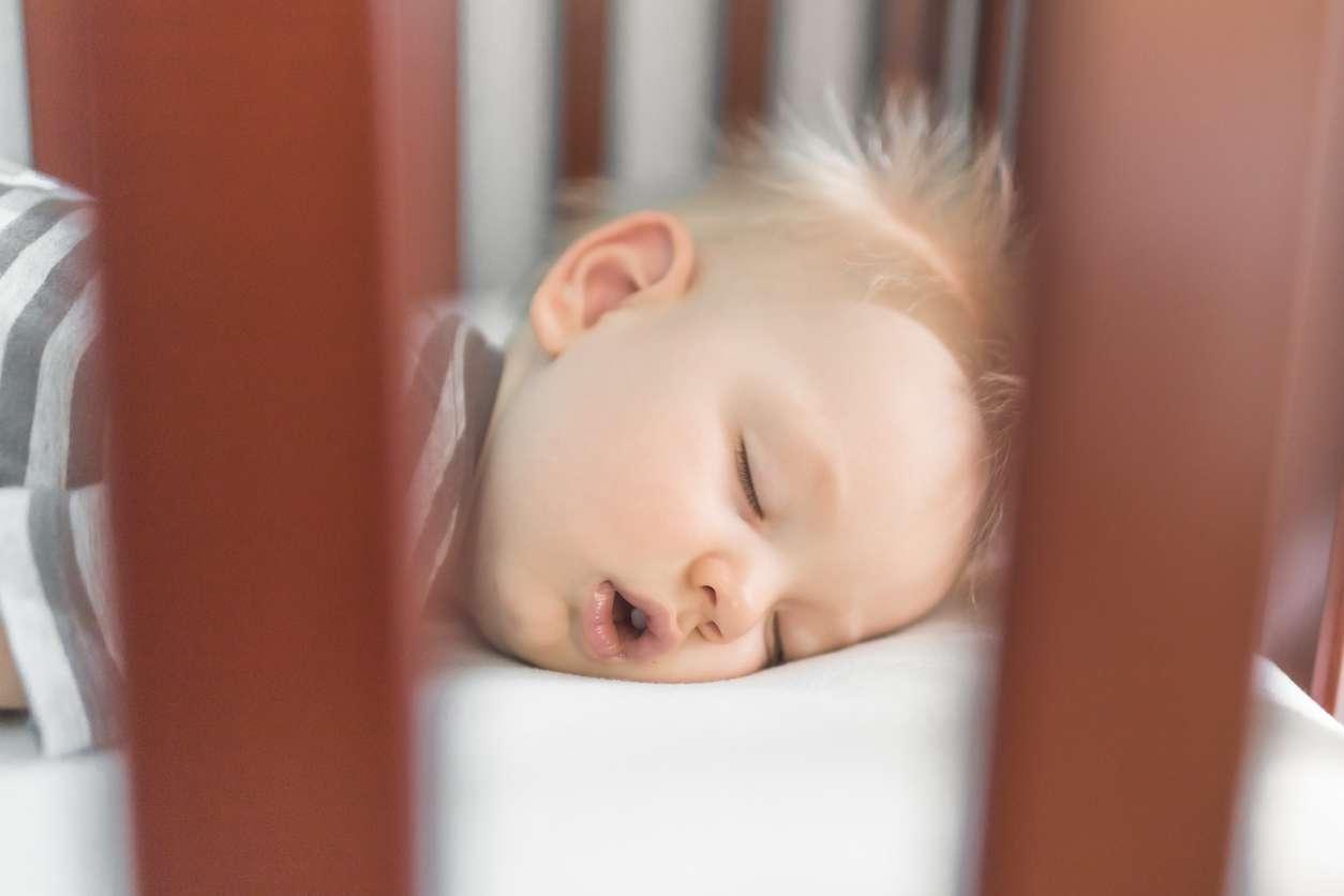 Jos vuoden ikäisellä on uniongelmia, unikoulu voi auttaa. Tuolimenetelmä lähtee siitä, että vanhempi istuu tuolilla lapsen sängyn vieressä tämän käydessä nukkumaan. Kuva: iStock
