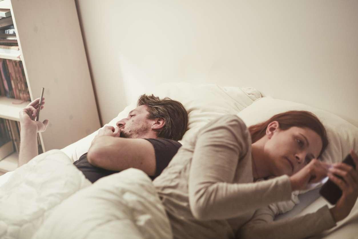 Luetaanko teilläkin koronauutisia sängyssä sen sijaan, että siellä tapahtuisi jotakin muuta? Poikkeustila vähentää erityisesti perheellisten seksihaluja. Kuva: iStock