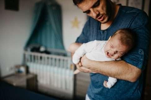 Itkuinen vauva voi hyötyä vyöhyketerapiasta. Kuva: iStock