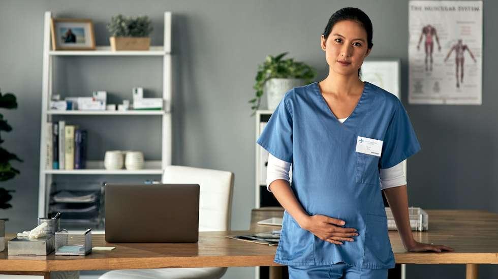 Raskaana oleva voidaan vapauttaa koronapotilaan hoitotyöstä. Erityisäitiysrahaan on kuitenkin oikeus vain, jos muita sopivia työtehtäviä ei ole tarjolla. Kuva: iStock