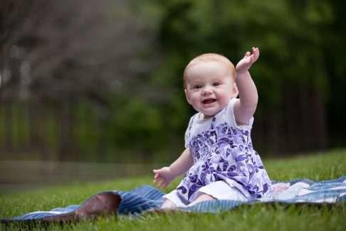 Tiesitkö, että vilkuttaminen on viittomista? Olet jo mahdollisesti opettanut lapsellesi yhden tukiviittoman! Kuva: iStock