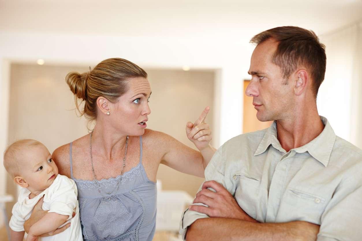 Epätasa-arvoinen vanhemmuus voi verottaa parisuhdetta. Kuva: iStock