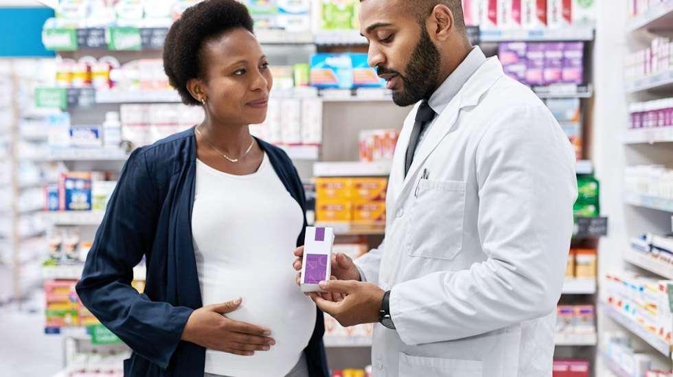 Apteekin henkilökunta osaa kertoa, sopiiko lääke odottajalle. Kuva: iStock