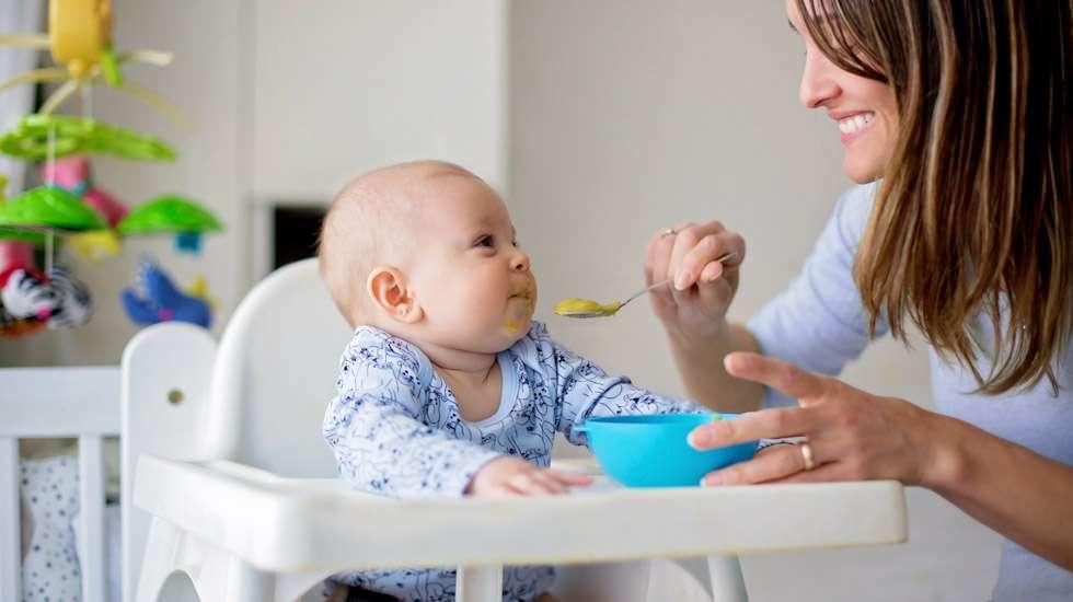 Soseen maistelu on usein aluksi imemistä, sillä se on ainut lapsen hallitsema syömistapa. Kuva: iStock