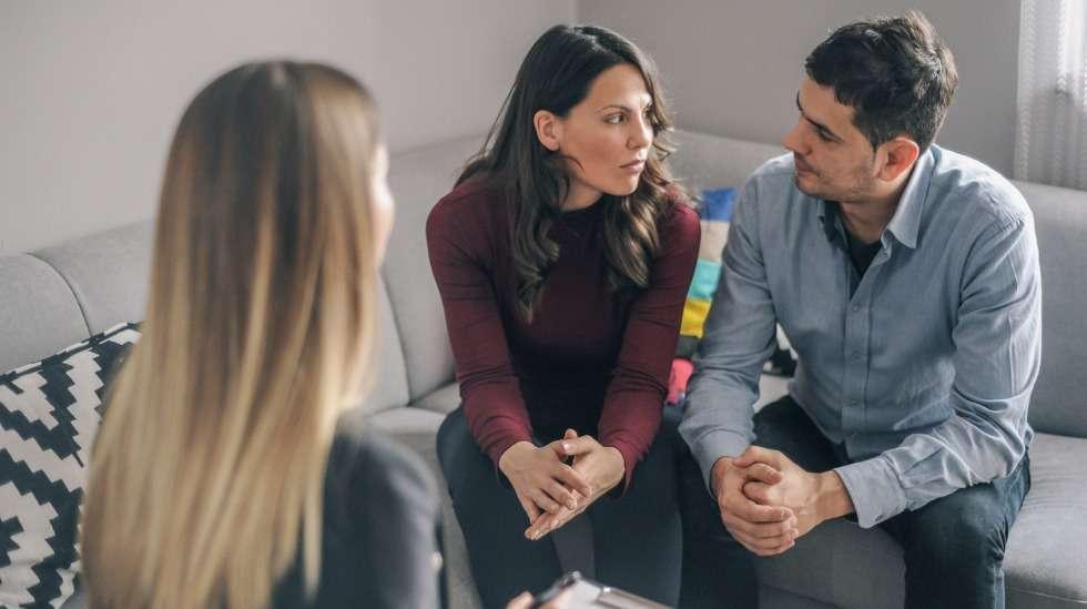 Erotilanteessa on hyvä kokeilla esimerkiksi pariterapiaa – vaikka se ei auttaisi pysymään yhdessä, se voi auttaa eroamaan sopuisammin. Kuva: iStock