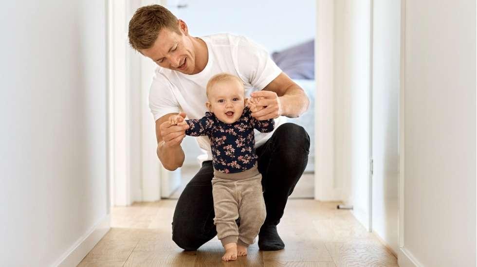 Isyysvapaan jälkimmäinen osa tulee käytettäväksi, kun lapsi on noin 9–10 kuukauden ikäinen – ja tapailee kenties ensimmäisiä tuettuja askeleitaan. Kuva: iStock