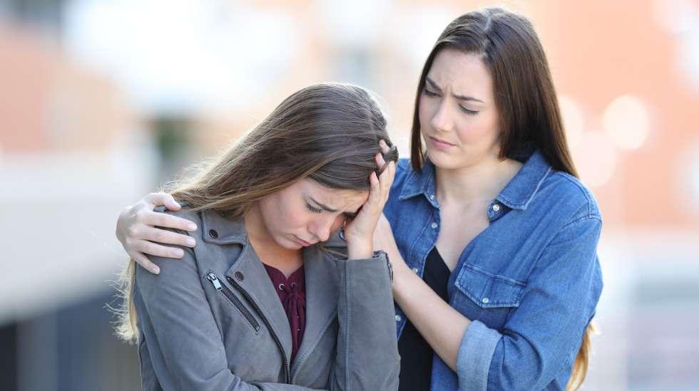 Myötätuntoa on kyky kuunnella aidosti ja kyetä lievittämään toisen kärsivää oloa omilla sanoillaan, vaikka itse tuskan syyhyn ei pystyisikään vaikuttamaan. Hyväksi kuuntelijaksi voi oppia – se ei ole synnynnäinen ominaisuus. Kuva: iStock