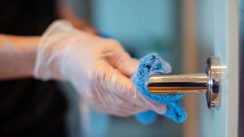 Ovenkahvat ovat usein täynnä rähmäisiä kädenjälkiä – niiden pyyhkiminen nostaa siisteyden tunnelmaa koko asunnossa! Kuva: iStock