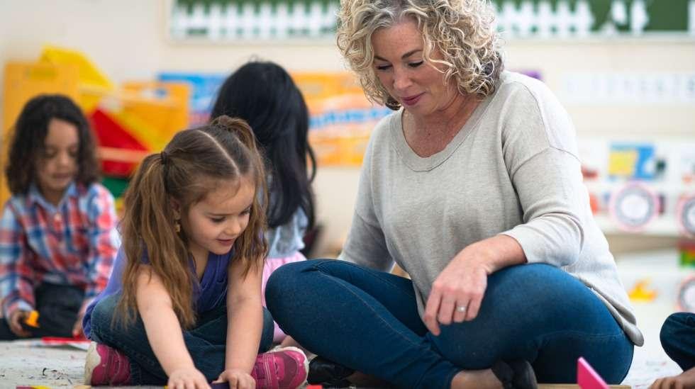 Lapsesi on viettänyt paljon aikaa hoitajansa kanssa pitkin vuotta – tässä ideoita hoitajan muistamiseen! Kuva: iStock