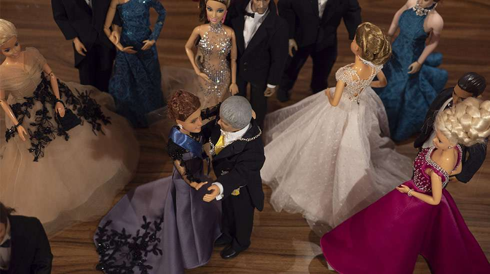 Kun nuket pitävät Linnan juhlat, luvassa on luonnollisestikin draamaa tanssilattialla. Kuka pyörittää ketä? Kuvat: @atelier.tea.o.rama
