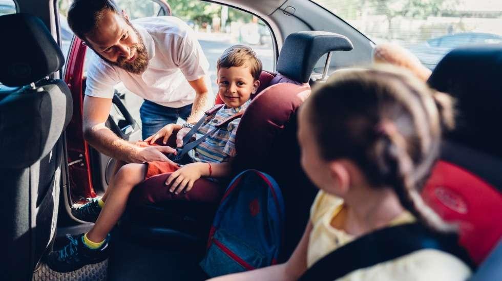 Turvaistuinten oikea käyttö on yksi tärkeimmistä lasten ajoturvallisuuteen vaikuttavista tekijöistä: varmista siis että istuimet on kiinnitetty autoon hyvin ja lapsi puolestaan kiinnitetty hyvin istuimeen. Kuva: iStock