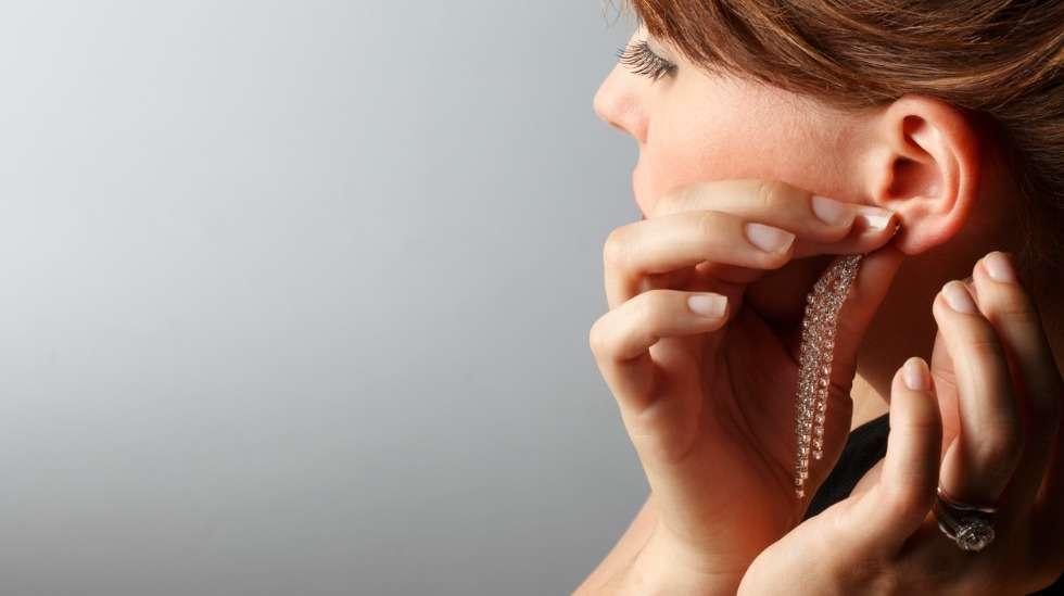 Ehkäisyhormonia voisi olla esimerkiksi korvakorun taustassa, josta se ihoa vasten painuessaan siirtyy verenkiertoon. Kuva: iStock