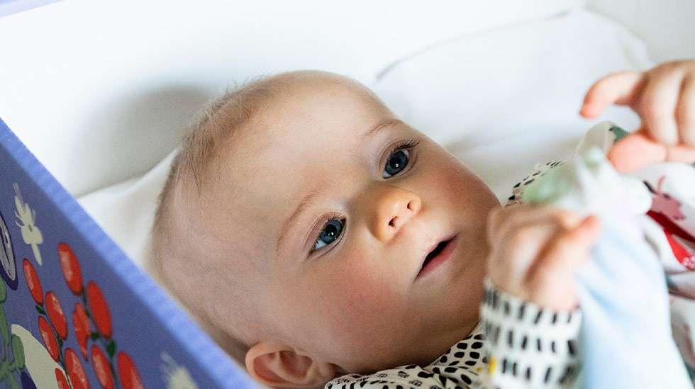 Noin joka kolmas äiti kertoo käyttäneensä äitiyspakkauksen laatikkoa vauvan nukkumapaikkana. Kuva: Kela