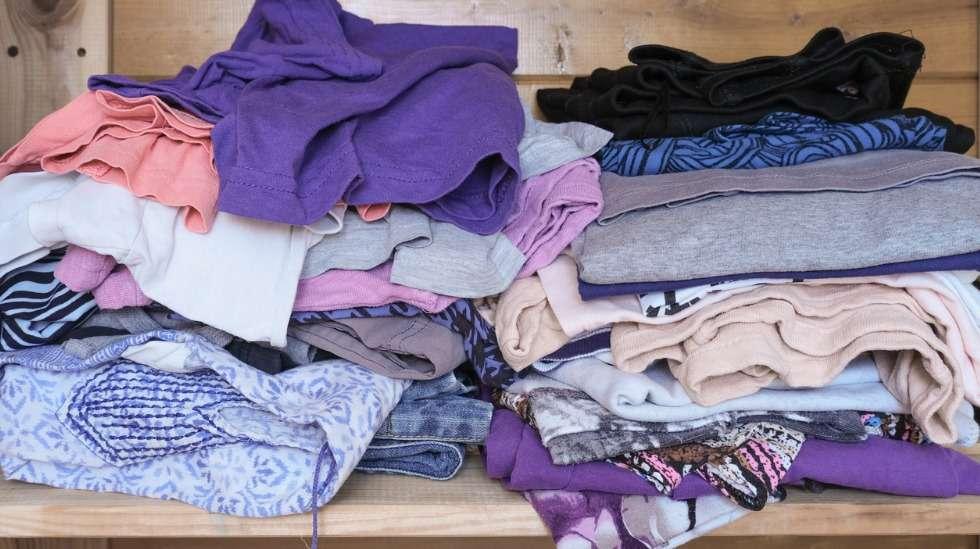 Vaatekaapin sisällöstä iso osa saattaa olla vaatteita, joita ei enää käytetä. Haasta itsesi sovittamaan ja tartu toimeen! Kuva: iStock