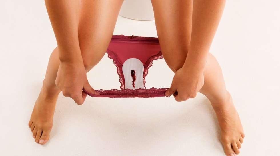 Kuukautiset lasketaan alkaneiksi, kun verta vuotaa selkeästi. Pieni tiputteluvuoto kuuluu vielä edelliseen kiertoon. Kuva: iStock